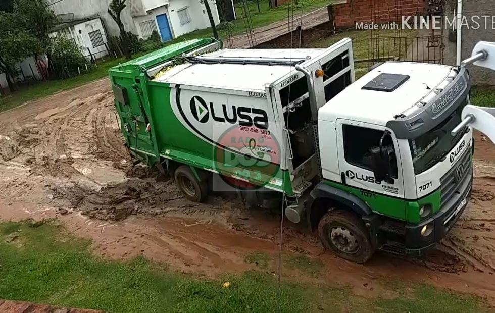 Insólito video: Un camión de residuos quedó varado en una calle del barrio San Roque