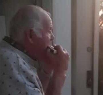 El anciano con alzheimer que cree que los aplausos de los balcones son para él copy