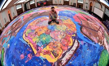 Realiza la pintura más grande del mundo: tiene 2.000 metros cuadrados