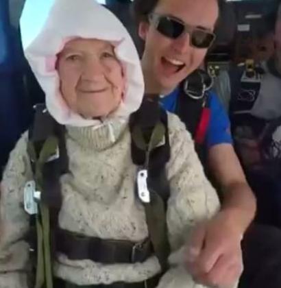 Una abuela de 102 años salta en paracaídas por una buena causa