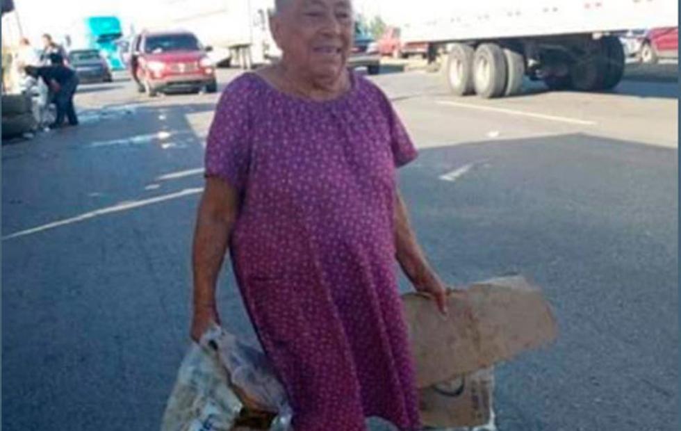 Volcó un camión de cerveza y hasta una abuela se fue a buscar latas