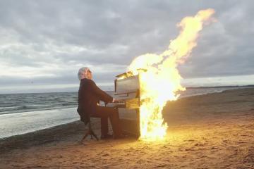 Un músico ciego de Rusia interpreta una canción mientras el fuego devora su piano