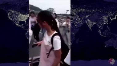 Graban a maestro que desmaquilla a sus alumnas antes de entrar a clase