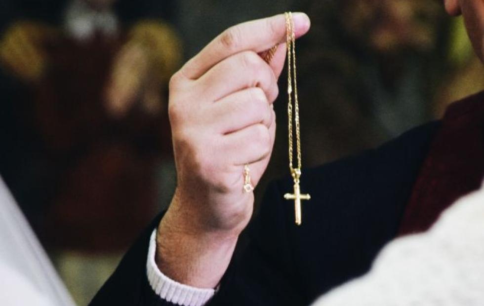 Escándalo en un grupo de WhatsApp de catecismo por un sacerdote que envió foto porno