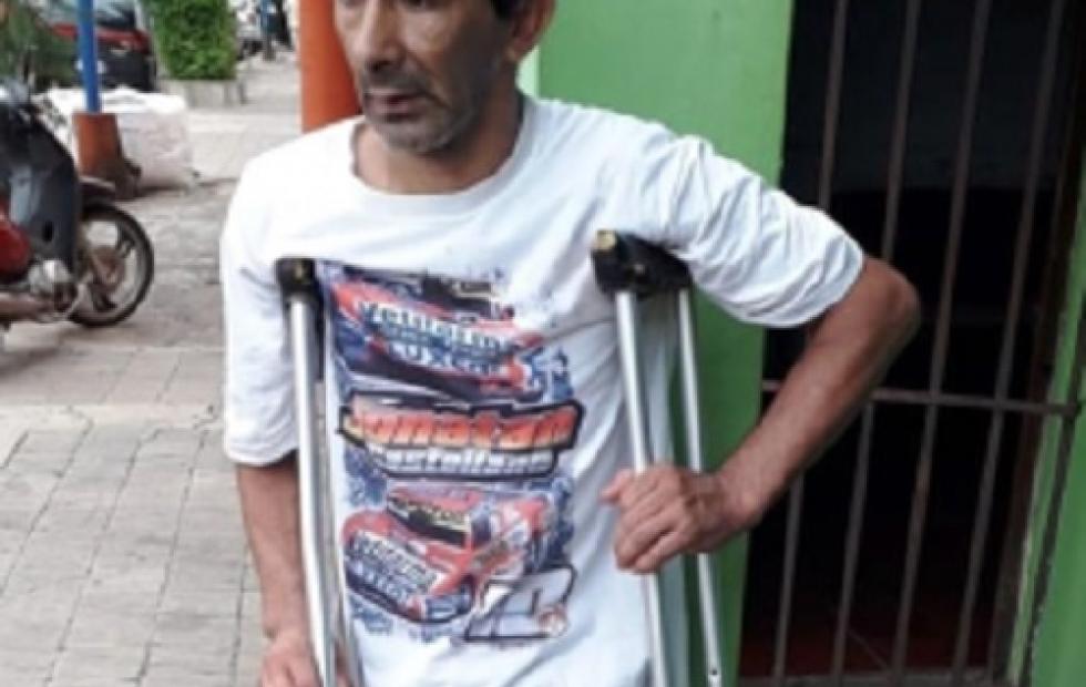 """""""Mi mamá sufre al verme así"""": el humilde vendedor ambulante que fue atropellado y que teme con perder una pierna"""