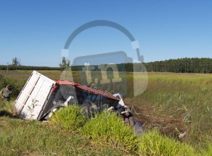 Un camionero muerto tras volcar en el sur correntino sobre Ruta 12