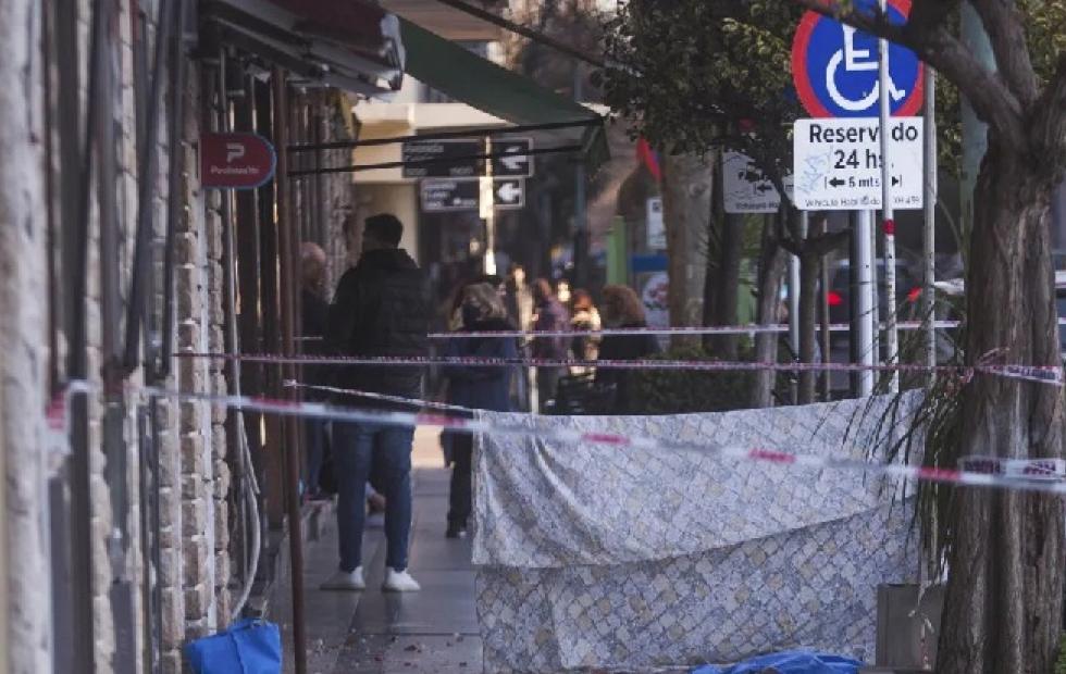 Caminaba con su hija y le cayó un trozo de balcón en la cabeza: murió en el acto